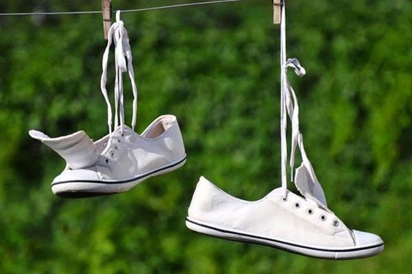 Phơi giày dươi ánh nắng mặt trời